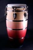 Colore rosso e Conga del Brown isolato sul nero Fotografie Stock