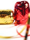 Colore rosso e nastri dell'oro fotografia stock