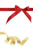 Colore rosso e nastro dell'oro su bianco Immagine Stock