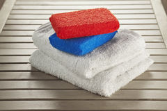 Colore rosso ed azzurro della spugna del bagno Fotografia Stock Libera da Diritti