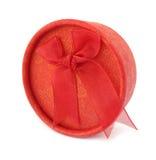 Colore rosso rotondo del contenitore di regalo con l'arco del legame del panno Immagine Stock Libera da Diritti