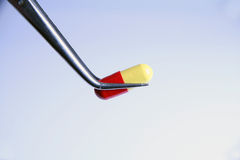 Colore rosso una capsula gialla Fotografia Stock Libera da Diritti