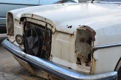 Colore rotto di vecchia automobile (vista frontale) fotografia stock