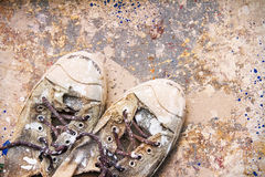Colore sporco dei vecchi pattini Immagine Stock
