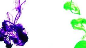 Colore variopinto astratto della pittura che si sparge nella struttura del fondo dell'acqua video d archivio