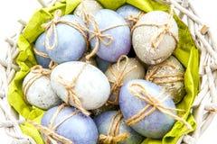 Coloreado huevos de Pascua adornados grises y azules imagen de archivo