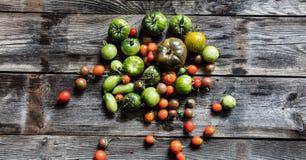 Coloreado tomates verdes y rojos para la dieta vegetariana sana orgánica Fotografía de archivo libre de regalías