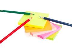 3 colorearon mentira del lápiz en etiquetas engomadas. Aislado Foto de archivo
