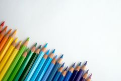 The colored pencils of various colors are zigzag. The colored pencils of various colors are zigzag on the lower left of the screen stock photography