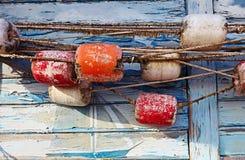 Coloree el detalle de una vieja red de pesca en viejo fondo de madera azul Foto de archivo libre de regalías