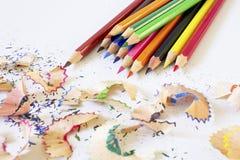 Coloree el lápiz los lápices afeitados y coloreados en el Libro Blanco fotografía de archivo