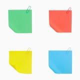 Coloree el papel de nota con el clip aislado en el fondo blanco Imagen de archivo libre de regalías