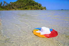 Coloree el sombrero en la agua de mar, Ko Samui, Tailandia foto de archivo libre de regalías