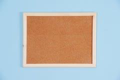 Coloree el tiro de un tablero marrón del corcho en un marco Imágenes de archivo libres de regalías