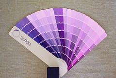 Coloree la carta o la cubierta de la fan para pintar con diversas sombras de violetas Fotografía de archivo