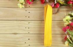 Coloree la correa del arte marcial en el piso de madera Fotografía de archivo libre de regalías