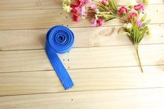 Coloree la correa del arte marcial en el piso de madera Foto de archivo libre de regalías