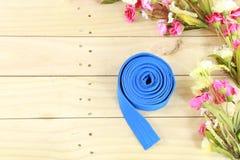 Coloree la correa del arte marcial en el piso de madera Fotos de archivo