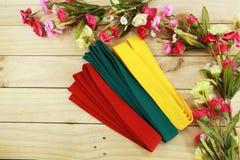 Coloree la correa del arte marcial en el piso de madera Fotografía de archivo