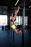 Coloree la imagen de una mujer atlética en una elaboración del gimnasio Imágenes de archivo libres de regalías