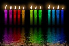 Coloree la inundación de la Feliz Año Nuevo de las velas en agua Fotos de archivo libres de regalías
