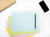 Coloree la tabla llena del escritorio de oficina con muchas cosas Foto de archivo