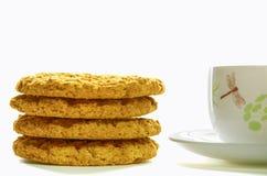 Coloree la taza de té con las galletas de harina de avena 1 Imagenes de archivo