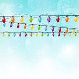 Coloree las bombillas de la Navidad en fondo del cielo Fotos de archivo