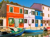Coloree las casas en la isla de Burano, Venecia, Italia imagenes de archivo