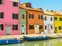 Coloree las casas en la isla de Burano, Venecia, Italia imágenes de archivo libres de regalías