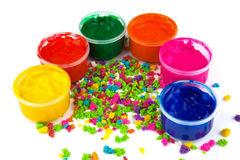 Coloree las latas de la pintura y los lenguados del color de la pintura Fotografía de archivo