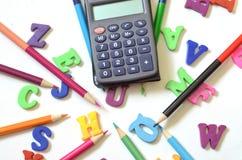Coloree las letras del alfabeto inglés, lápices coloreados, calculadora Visión superior Niños de enseñanza Imagenes de archivo