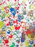 Coloree las manos en la pared, diversidad del montón del handprint, Fotos de archivo