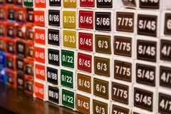 Coloree las opciones del color químico del tinte de pelo en el salón fotografía de archivo libre de regalías