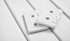 Coloree los casetes audios en un fondo de madera en colores pastel Tecnología audio retra Tendencia del minimalismo fotos de archivo