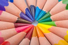 Coloree los lápices adentro arreglan en colores de la rueda de color Fotos de archivo libres de regalías