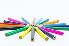 Coloree los lápices aislados en el cierre blanco del fondo para arriba Fotos de archivo