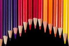 Coloree los lápices en la formación de la onda aislados en clo negros del fondo Fotografía de archivo