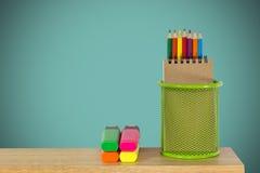 Coloree los lápices en una cesta verde del tenedor con los rotuladores Imágenes de archivo libres de regalías