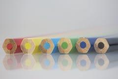 Coloree los lápices Mentira adyacente a uno a en ángulo Foto de archivo libre de regalías