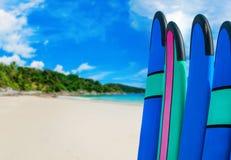 Coloree los tableros de resaca en una pila por el océano Fotos de archivo libres de regalías