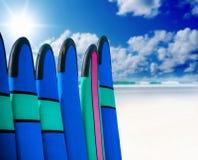 Coloree los tableros de resaca en una pila por el océano Fotos de archivo