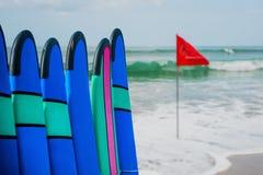 Coloree los tableros de resaca en una pila por el océano Fotografía de archivo libre de regalías