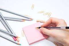 Colorer - antistress mit farbigen Bleistiften Mädchen malt ein Malbuch für Erwachsene mit Zeichenstiften Stockfotos