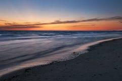 Colores amarillos, anaranjados y azules en crepúsculo después del illumina de la puesta del sol imagen de archivo libre de regalías