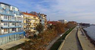 Colores amarillos en la tonalidad del bulevar de la playa en Pomorie en Bulgaria metrajes