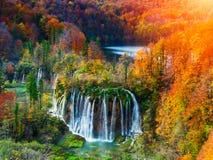 Colores asombrosos de la cascada y del otoño en los lagos Plitvice Imagen de archivo libre de regalías