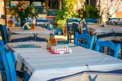 Colores blancos y azules de la taberna griega tradicional crete fotografía de archivo libre de regalías