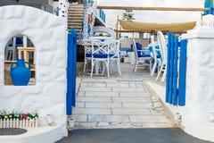 Colores blancos y azules de la taberna griega tradicional crete fotografía de archivo