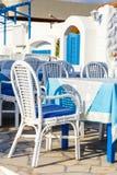 Colores blancos y azules de la taberna griega tradicional crete fotos de archivo
